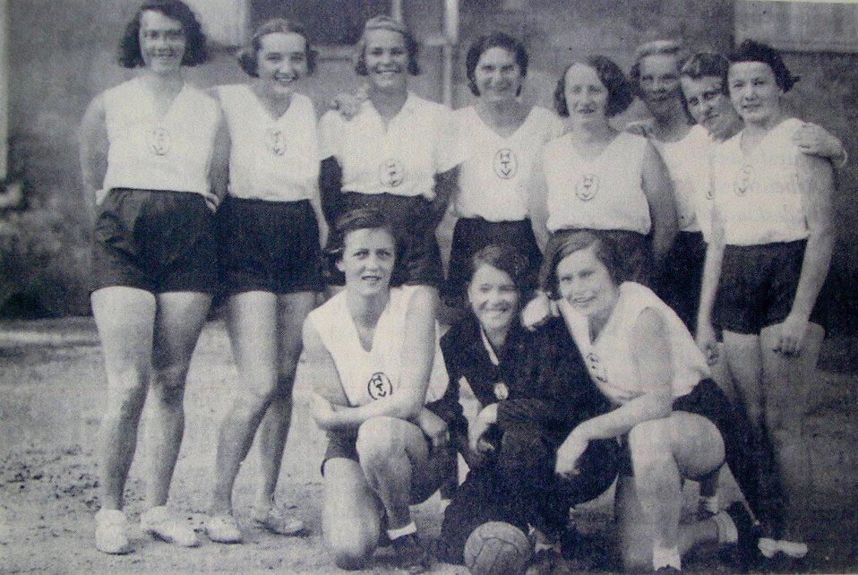 1933 HTV Frauen-Handballmannschaft 576817_328935580494783_100001350325594_803403_770998877_n